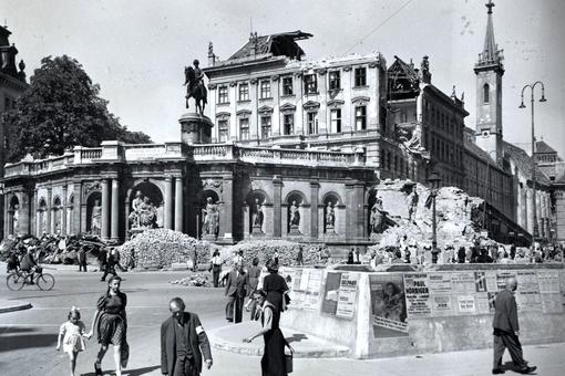 Black and white photo of the destroyed Albertina museum 1945