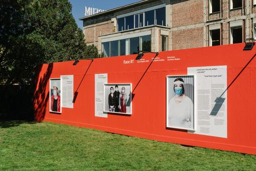 Photo: Exhibition view along the construction site fence Wien Museum Karlsplatz