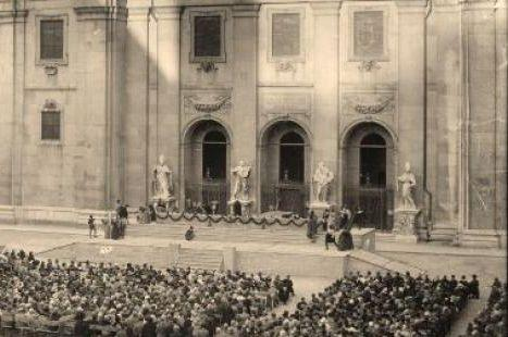 Historic black and white photo of Jedermann performance at Salzburg Cathedral Square