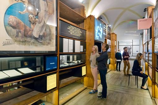 Exhibition view in the Literaturmuseum: a woman and a man looking at an exhibition showcase